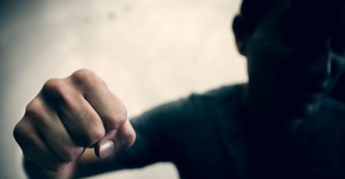 Томск: подростки жестоко избили мужчину за отказ дать закурить