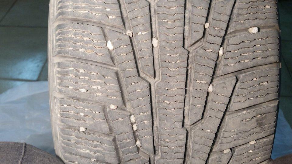 Эксперты рассказали, чем опасны камни, застрявшие в шинах
