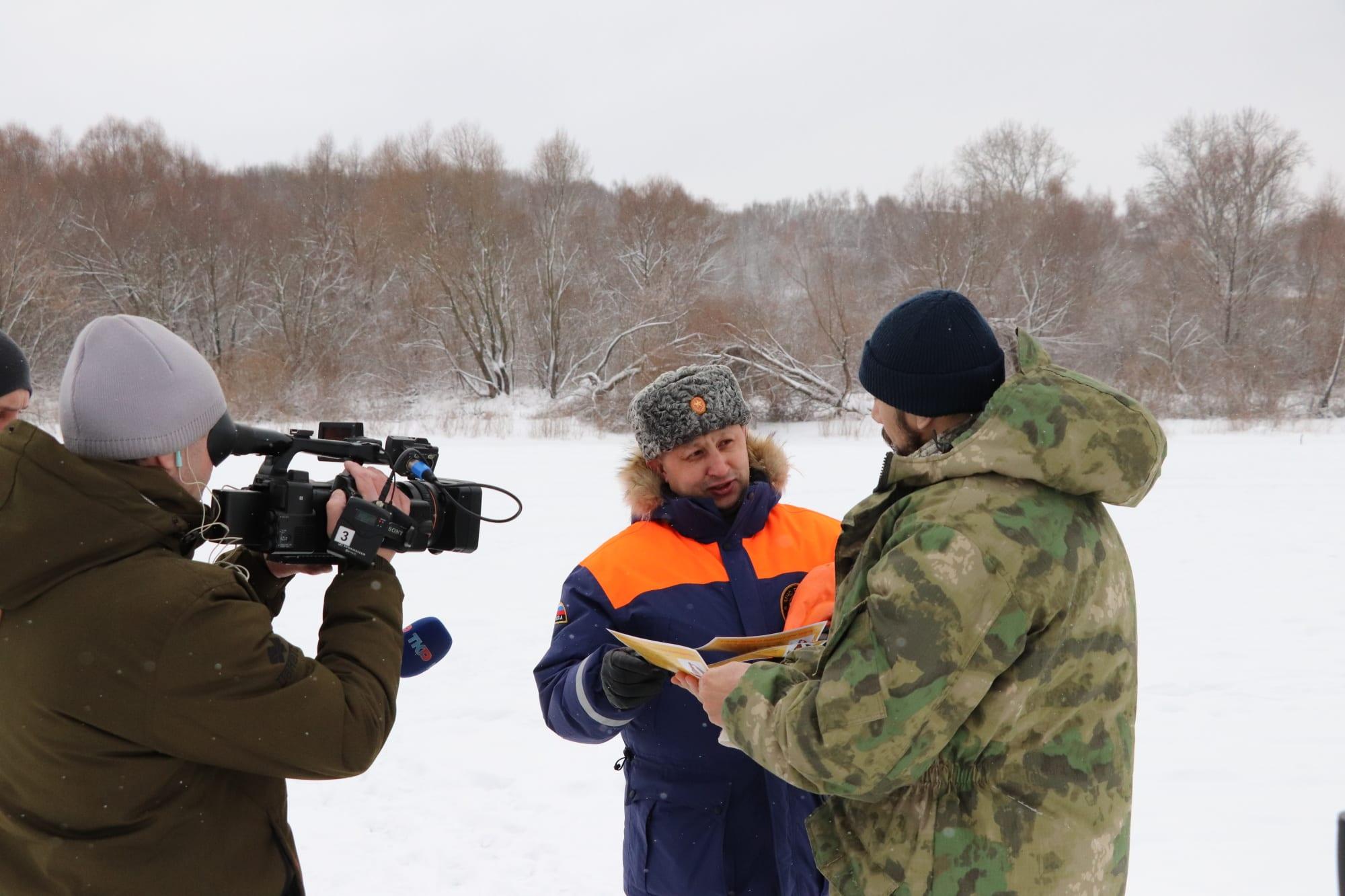 Сотрудники рязанского МЧС считают лед на Оке наиболее опасным для рыбаков