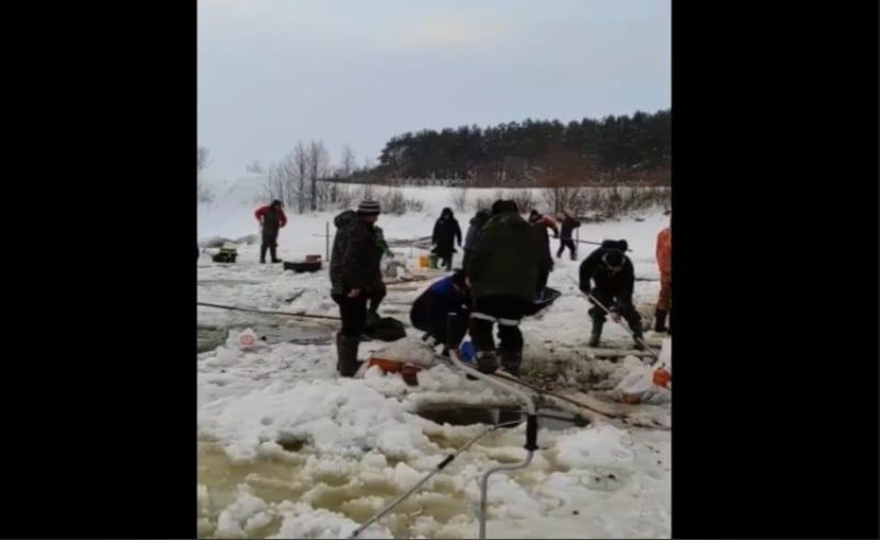 Рыбаки массово вылавливают рыбу на озере под Рязанью