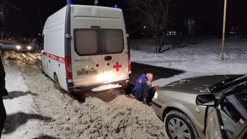 Машина скорой помощи застряла на неубранной дороге в Рязани
